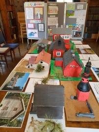 Sammatin merkittäviä rakennuksia koululaisten tekeminä. Esillä kirjastossa Kotokontupäivänä.