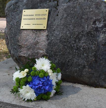 Kukat veteraanikivellä 27.4.2019 kuva Erja