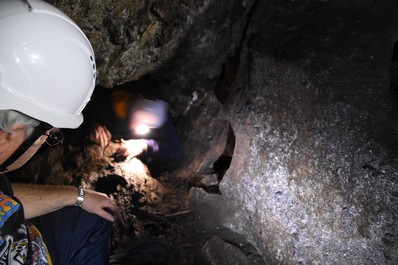 kaksi ihmistä pimeässä luolassa