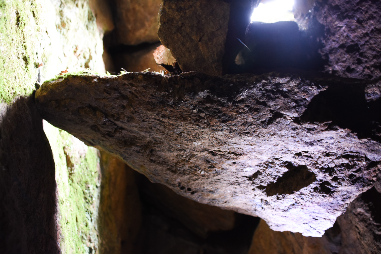 kalliolohkareiden väliin kiilautunut kivi