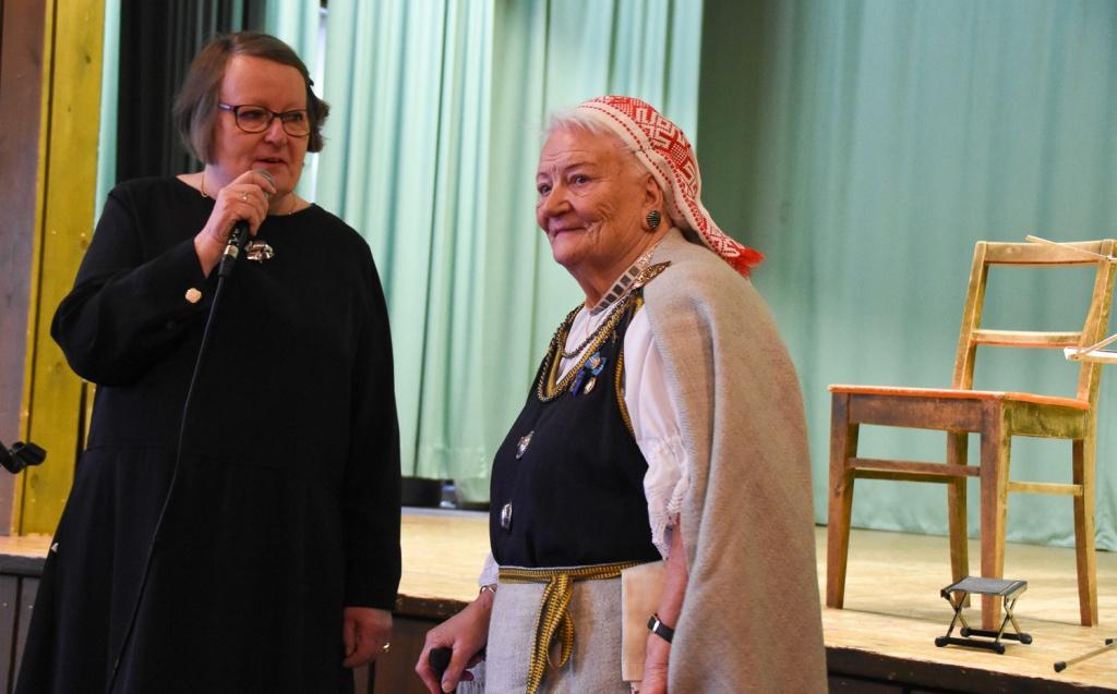 Kaksi naista, joista toisella, vanhemmalla yllään kansallispuku.